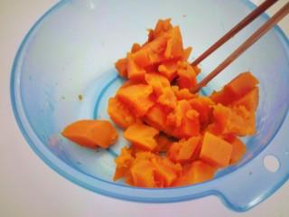 南瓜猪肉豇豆包子,倒去水分用勺压成泥。