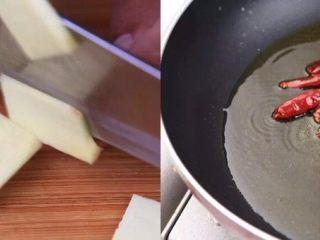 负责任的告诉你,饿的时候看这锅菜能一口气吃2碗饭!? 水煮鲜蔬,生姜切片,所有食材料理完成待用;热锅后倒入菜籽油,加入干辣椒
