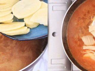负责任的告诉你,饿的时候看这锅菜能一口气吃2碗饭!? 水煮鲜蔬,煮开后可以尝一下味道,觉得不够咸可以加适量盐,将蔬菜均匀的下到汤里,依次加入土豆片、腐竹段