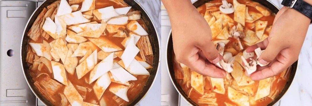 负责任的告诉你,饿的时候看这锅菜能一口气吃2碗饭!? 水煮鲜蔬,杏鲍菇、白蘑菇可以直接手撕放入锅内,也可以提前切好