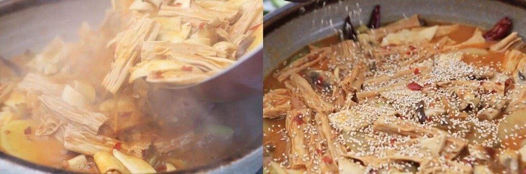 负责任的告诉你,饿的时候看这锅菜能一口气吃2碗饭!? 水煮鲜蔬,所有食材熟透连汤带菜倒入盛放丝瓜的盘中,撒上白芝麻