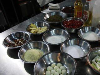 麻辣小龙虾,等虾码味的时候,就开始准备配料和调料。准备好干辣椒、干花椒、葱、姜片、蒜片备用