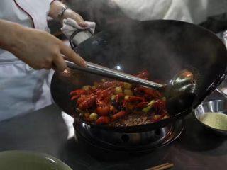 麻辣小龙虾,炒好了的虾颜色红亮,黄瓜脆嫩,虾肉细嫩入味,味道香辣。汁水不多,不淹过虾,但又能给虾提供足够的味道