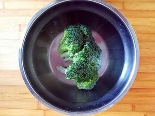 满园春色之素烧椰菜虾球,西蓝花洗净去根用淡盐水浸泡10分钟