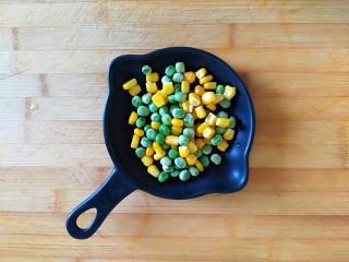 满园春色之素烧椰菜虾球,玉米粒,青豆粒煮熟待用