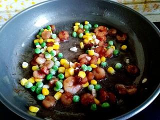 满园春色之素烧椰菜虾球,倒入玉米粒,青豆粒