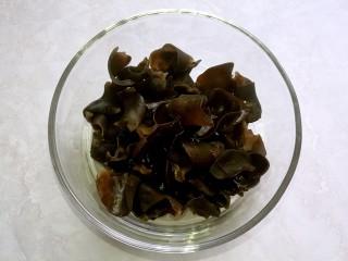 捞汁凉菜,木耳提前泡发,然后摘去根,撕小朵。