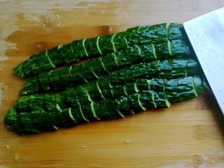 捞汁凉菜,黄瓜用刀拍碎,切成小块。