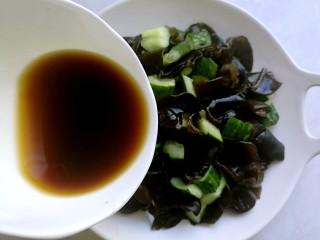 捞汁凉菜,将料汁均匀地浇在菜上。