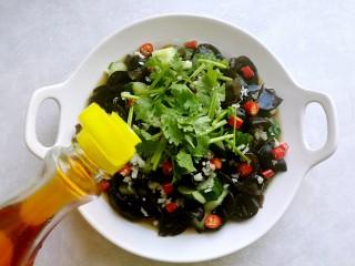 捞汁凉菜,然后倒入辣椒油。