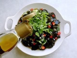 捞汁凉菜,再倒入香油,拌匀就可以吃了。