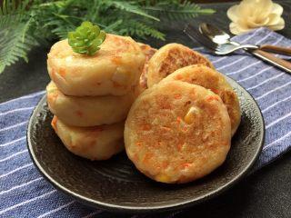 土豆泥煎饼,外层脆香,内层软绵细腻,早餐来一个非常不错!