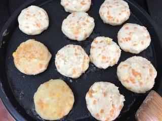 土豆泥煎饼,煎一面微黄微焦就翻面,直到煎熟