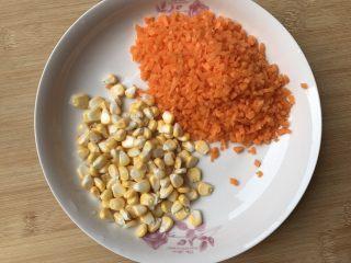 土豆泥煎饼,红萝卜切碎备用 玉米剥出来备用