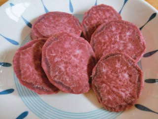 玫瑰花馒头,紫薯洗净去皮,切成薄片。