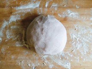 玫瑰花馒头,将发酵好的面团取出,在案板上多揉几下排气。