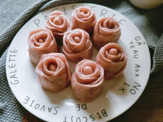 玫瑰花馒头,做好的玫瑰花放入笼屉静置半小时,锅中放水,开火蒸20分钟,关火后闷5分钟揭盖。