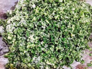 韭菜小圆子,把它们和匀 最后再撒一把面粉,把它们和匀,让面粉裹住蛋液。