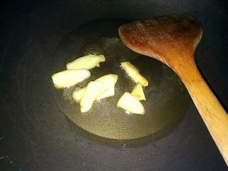 萝卜炖牛腩,放入姜片爆香
