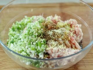 东北猪肉酸菜馅包子,加入食用油、生抽、料酒、花椒粉、盐和鸡精