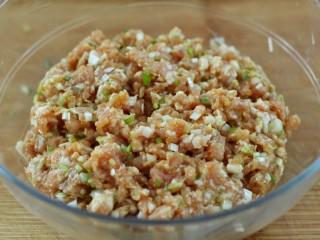 东北猪肉酸菜馅包子,顺时针一个方向搅拌至肉馅上劲儿