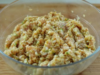 东北猪肉酸菜馅包子,将酸菜放入肉馅中拌匀即可