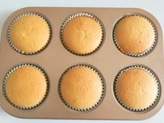 果味长崎纸杯蛋糕,烤好的蛋糕出炉直接在六连模中晾凉;