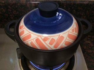 小米海鲜营养粥,先大火煮开,再转中火,盖上盖子慢煲。