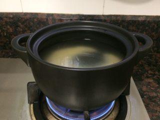 小米海鲜营养粥,洗米下锅开煮