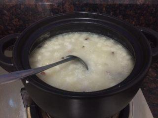 小米海鲜营养粥,所有主菜料都下锅里煲,要时不时用勺子拌一下,防止粘锅。