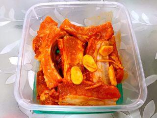 好吃到吮手指的新奥尔良烤排骨,装入密封盒放冰箱冷藏一夜腌制入味