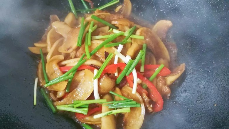 萝卜干烧五花肉,最后下香葱段翻炒几下立即出锅;
