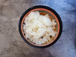剩米饭妙用—鸡蛋酱油炒饭,将米饭装入碗中