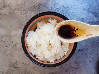 剩米饭妙用—鸡蛋酱油炒饭,加入大半勺生抽和老抽(老抽上色)