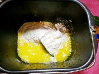 佛卡夏面包,开始用面包机和面,把所有面团材料全部倒入,面包机按和面程序。