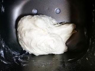 佛卡夏面包,这款面包不要过度揉面,一定注意,不需要揉出膜哦,揉成团即可,所以面包机不要等完一个揉面程序,揉成一个光滑面团即可停止了。等待发酵。