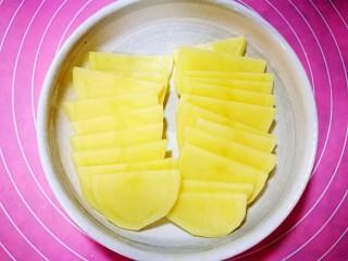 佛卡夏面包,发酵面团的时间来准备土豆,土豆削皮切薄片,放微波炉里两分钟至半熟即可。放凉备用。
