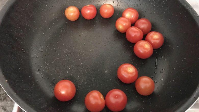 西红柿白菜炒豆腐,用煎完豆腐的油,再把西红柿加进来,煸炒至变软,
