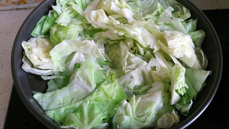 口水直流的酸辣脆爆炒卷心菜,锅烧开水,下卷心菜烫几秒捞出沥干水分待用