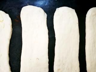 佛卡夏面包,其它面团依次做好,等待二次发酵。