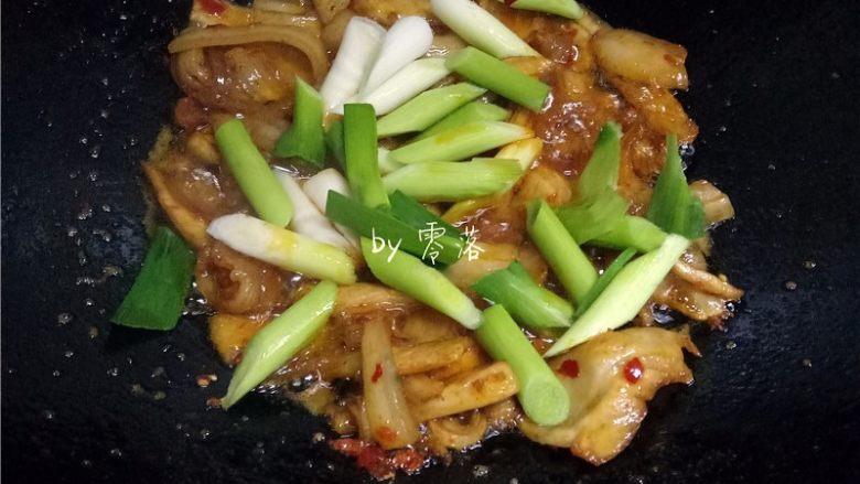 蒜苗回锅肉,肉片炒至9分熟,放入蒜白翻炒;