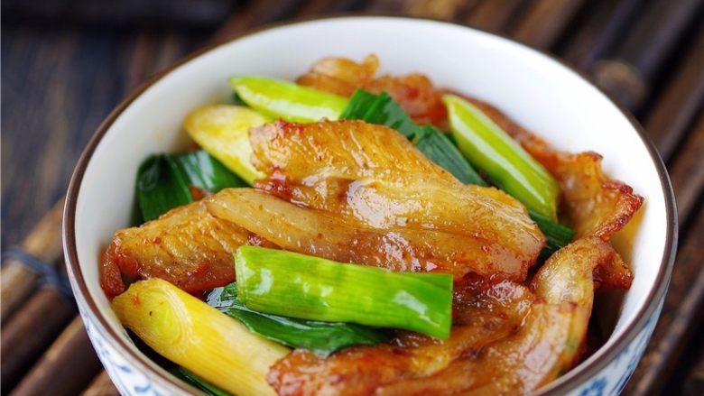 蒜苗回锅肉,调入适量盐,关火,起锅;【四川回锅肉】做好啦。