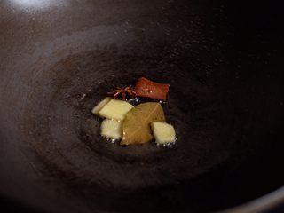 【再添一碗饭】の土豆炖猪肉,开火,中小火,热锅冷油放入香料