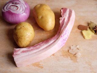 【再添一碗饭】の土豆炖猪肉,准备好所有的材料