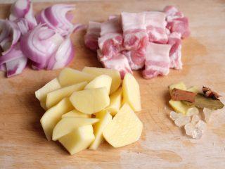 【再添一碗饭】の土豆炖猪肉,五花肉切成麻将大小,土豆滚刀切块,洋葱切成八等份备用
