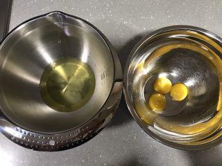 蓝天白云戚风,分离蛋清和蛋黄,容器保证无油无水。蛋清先放冰箱冷藏备用。