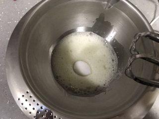 蓝天白云戚风,烤箱上下火170度预热。 蛋清里加入几滴柠檬汁,打蛋器低速打发至鱼眼状,加入第一次细砂糖。继续高速打发。