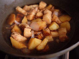 【再添一碗饭】の土豆炖猪肉,翻炒均匀,继续中小火炖煮