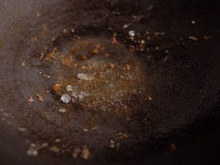 【再添一碗饭】の土豆炖猪肉,肉捞出,小火放入冰糖,煎至冰糖化掉,略微变焦糖色(注意不要煎得太透,容易有糊焦味)