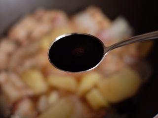【再添一碗饭】の土豆炖猪肉,加入2勺生抽、1勺老抽,如图